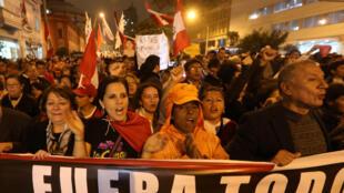 Des manifestants protestent contre l'affaire de corruption qui secoue la justice péruvienne le 19 juillet 2018 à Lima. 秘魯首都利馬街頭的示威民眾 2018年7月19日周四