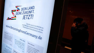 """O """"cartaz da discórdia"""", que não deixa claro que a campanha é direcionada aos migrantes que tiveram asilo negado na Alemanha."""
