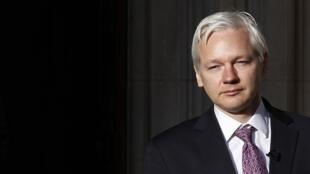 O fundador do WikiLeaks, Julian Assange, deixa o tribunal em Londres nesta segunda-feira.