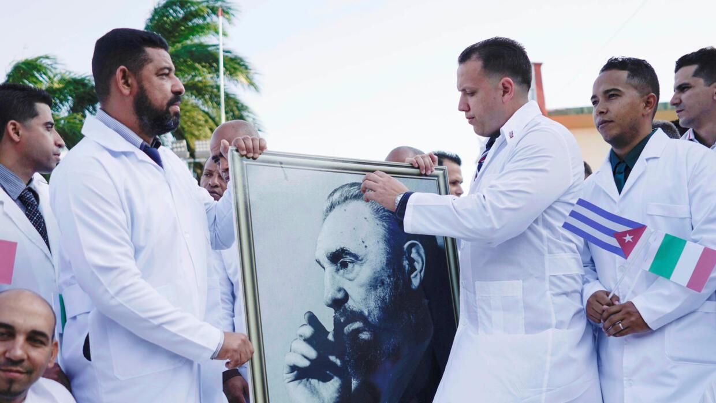 """Somos os médicos da revolução"""", dizem cubanos enviados para ..."""