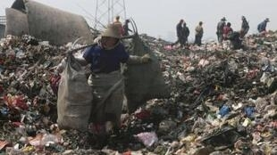 Một người nhặt rác thải ở một bãi rác tại Vũ Hán, Hồ Bắc.