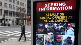 Un afiche del FBI con la búsqueda de seguidores de Trump acusados de disturbios en el Capitolio.