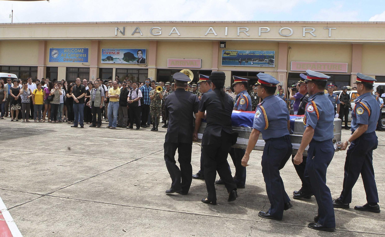 Thi hài Bộ trưởng Nôi vụ Philippines, Jesse Robredo được đưa về đến sân bay Naga ngày 21/08/2012.
