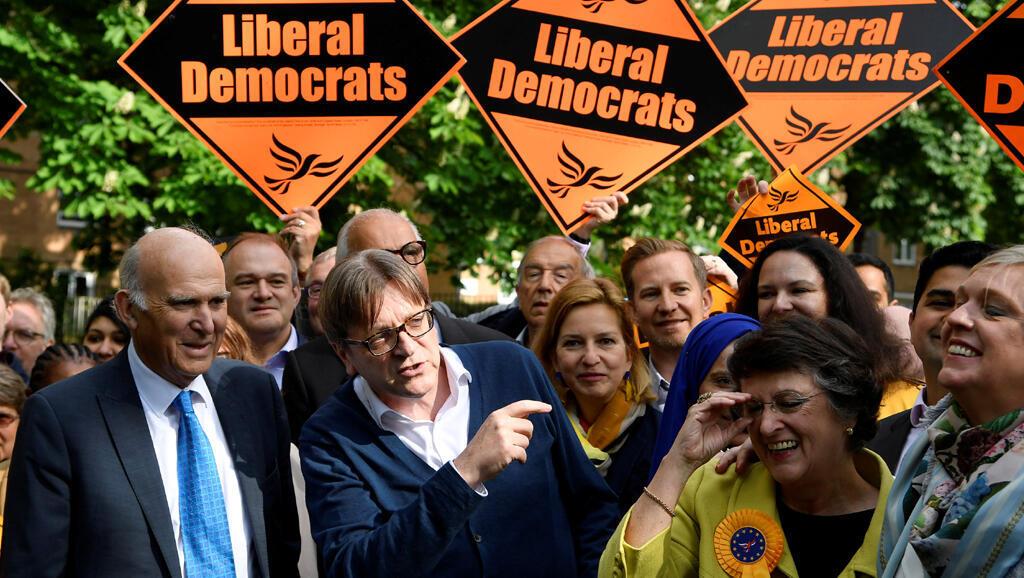 Vince Cable, le leader des Libéraux Démocrates avec Guy Verhofstadt, président de l'Alliance des libéraux et démocrates pour l'Europe (ALDE), pendant la campagne électorale à Londres, le 10 mai 2019.