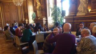 13 tables, 13 sujets de débats sur le conseil de quartier à la Mairie de Paris.