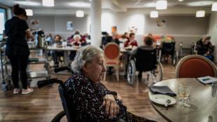 Na imprensa francesesa, o jornal Le Monde desta sexta-feira traz o tema de um cenário de confinamento apenas para pessoas vulneráveis.