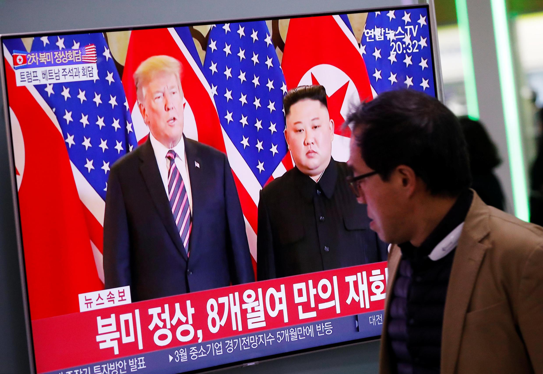 Người dân Seoul theo dõi thượng đỉnh Donald Trump và Kim Jong Un, ngày 27/02/2019.