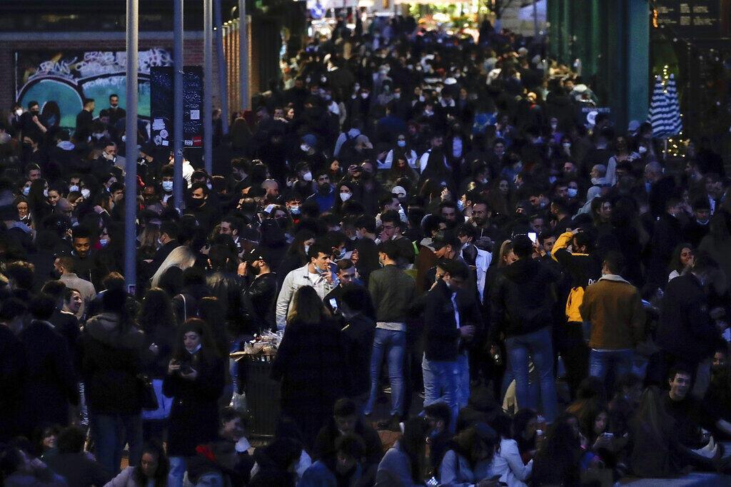 Ruas de Milão lotadas apesar da aceleração da pandemia no norte do país. Governo decidiu aumentar as restrições sanitárias na região.