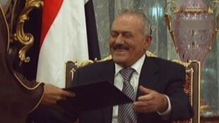 Rais wa Yemen akifurahia jambo kabla ya kutia saini makubaliano ya kukabidhi madaraka
