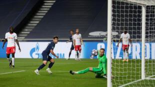 Le défenseur parisien Juan Bernat parachève le succès du PSG 3-0 contre Le RB Leipzig du gardien Peter Gulacsi au stade de la Luz, le 18 août 2020