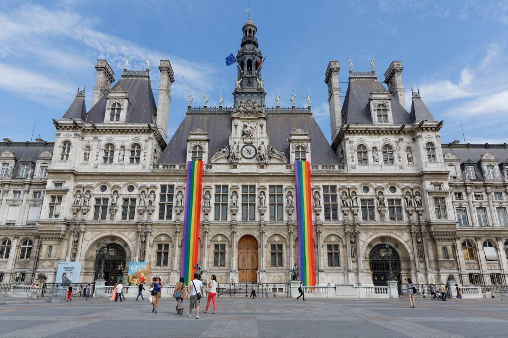 A prefeitura de Paris iça as cores LGBT em sua fachada no dia seguinte da legalização do casamento para todos nos EUA. 27/06/2015