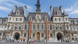 A prefeitura de Paris expõe as cores LGBT em sua fachada no dia seguinte da legalização do casamento para todos nos EUA em 2015