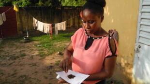 Ngima Coly, une sage-femme de Sédhiou, manipule le «tabac», un produit à la composition opaque qu'elle déconseille aux femmes.
