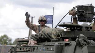 Un soldat américain de l'Otan traverse, le 6 juin 2016, la frontière entre la Lituanie et la Lettonie pour se rendre en Pologne et prendre part à l'opération «Anaconda».