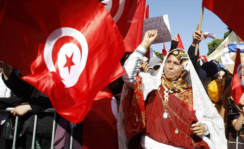 Đảng Hồi giáo Ennahda Tunisia chấp nhận luật chơi dân chủ. Trong ảnh, ủng hộ viên Ennahda biểu tình cùng đối lập phản đối bạo lực, Tunis, 13/08/20113.
