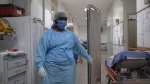 Enfermeira da ala reservada ao tratamento da Covid-19 no Hospital Universitário Pedro Ernesto (HUPE), no Rio de Janeiro.