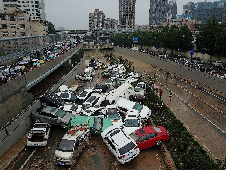 Des voitures retournées par le passage de la pluie Zhengzhou, province du Henan