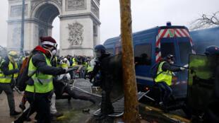 Ущерб, нанесенный Триумфальной арке на Елисейских полях, оценивается «в несколько сотен тысяч евро».