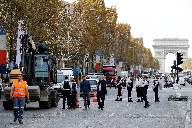 Policiais franceses fecham a área onde uma retroescavadeira matou uma menina de 5 anos e feriu gravemente sua mãe, 12 de outubro de 2018