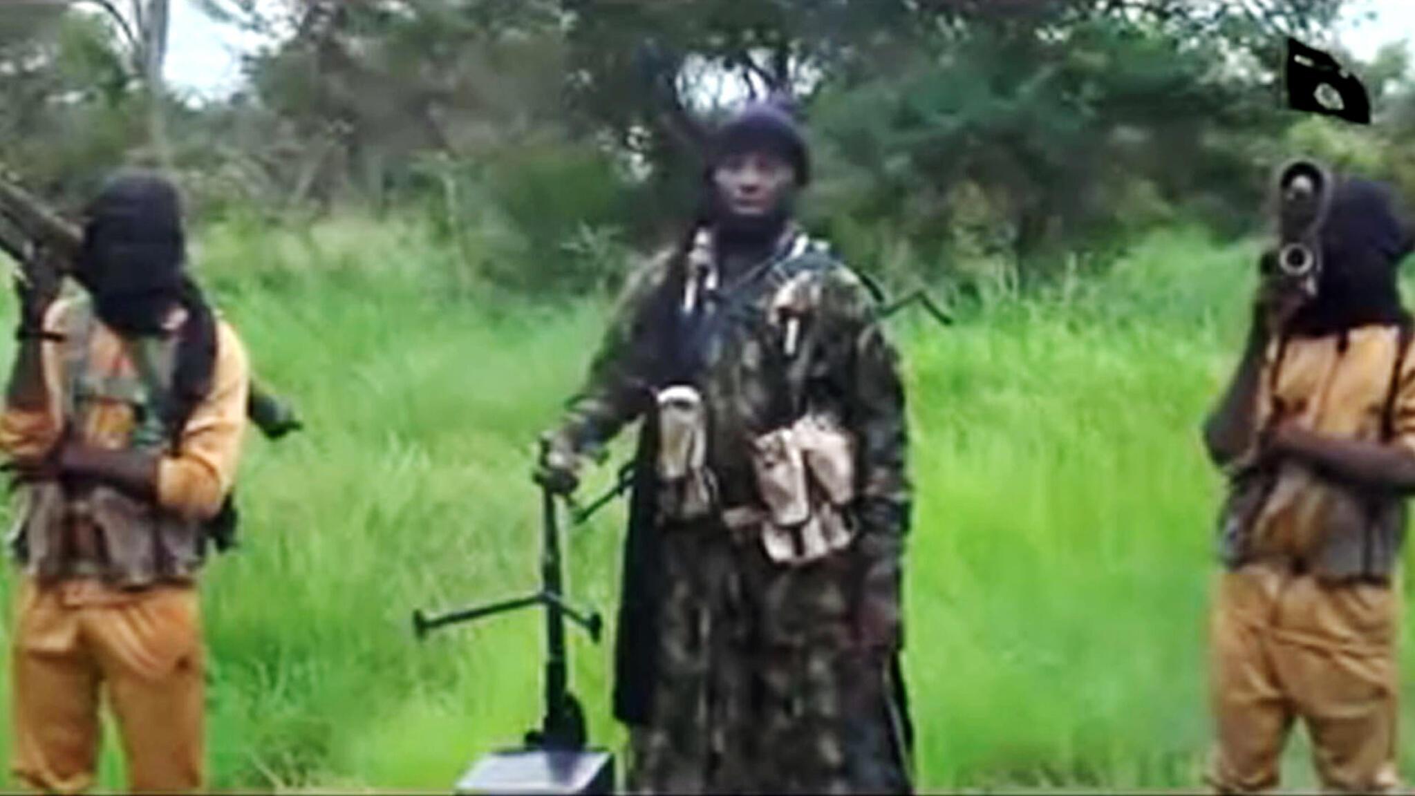 Kiongozi wa Boko Haram Abubakar Shekau akiwa katikati na walinzi wake