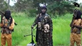 Capture d'écran de la vidéo de Boko Haram publié le 8 août sur internet, où l'on voit le leader de l'organisation jihadiste Abubakar Shekau (au centre).
