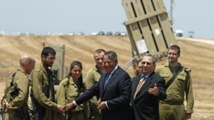 Le secrétaire américain à la Défense Leon Panetta avec son homologue israélien Ehud Barak et des soldats de Tsahal, le 1er août 2012 à Ashkelon.