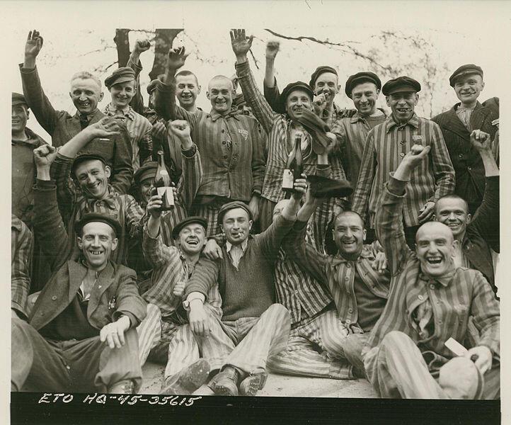 Prisioneiros de Dachau comemoram a liberação, no dia 29 de abril de 1945.