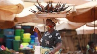 Une vendeuse de poissons porte le masque au marché d'Adidogomé Assiyeye à Lomé, capitale du Togo. (Illustration).