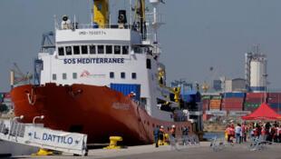 Le navire de sauvetage Aquarius arrive au port transportant quelque 629 migrants, à Valence, en Espagne, le 17 juin 2018.