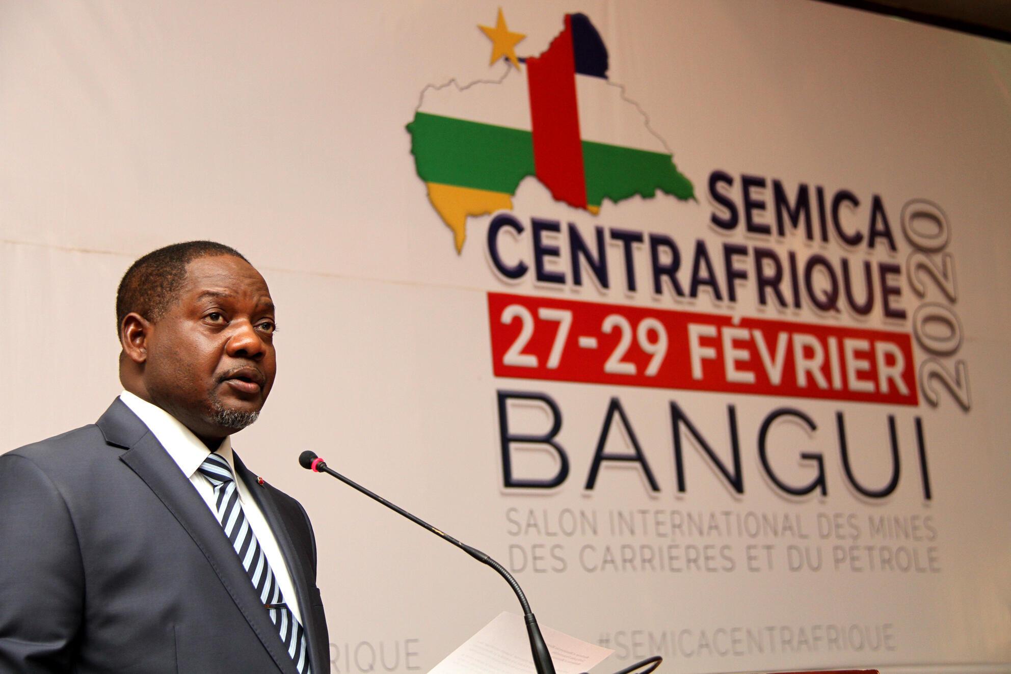 Le Premier ministre centrafricain Firmin Ngrébada, lors de son discours d'ouverture du Salon international des mines, des carrières et du pétrole Sémica, à Bangui, le 27 février 2020.