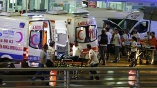 Equipes de socorro prestam atendimento às vítimas do atentado terrorista no aeroporto Atatürk, em Istambul, na noite desta terça-feira (28).