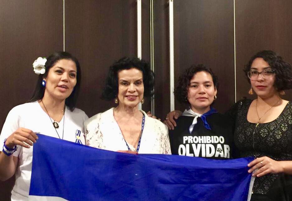 La militante Bianca Jagger, entourée d'anciennes prisonnières politiques nicaraguayennes, à l'Assemblée générale de l'Organisation des Etats américains, fin juin, à Medellin (Colombie).