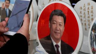北京天安門廣場紀念品售攤上習近平紀念章
