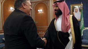 Le secrétaire d'État Mike Pompeo avec Mohammed ben Salman, lors d'une précédente visite en Arabie saoudite, le 16 octobre 2018 (photo d'illustration).