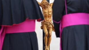 Imagem de Jesus crucificado dentro da Basílica de São Pedro, em Roma, 17/10/2018
