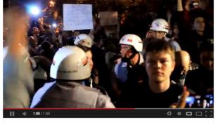 Sur les réseaux sociaux, les internautes brésiliens se partagent notamment cette vidéo qui montre des policiers s'assoir avec les manifestants.
