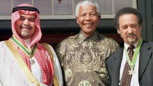 Jakes Gerwel (à droite) aux côtés de Nelson Mandela en 1999.