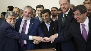 El canciller brasileño Amorim, el mandatario brasileño Lula da Silva, el premier turco Erdogan y su canciller Davutoglu durante la firma del acurerdo en Teherán, el 17 de mayo.