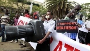 Wasu 'Yan Jaridu a kasar Kenya, yayin gangamin neman karin 'yanci ga 'yan jaridu a birnin Nairobi.