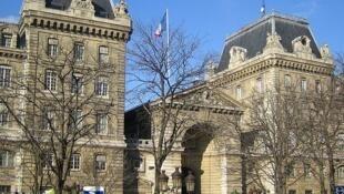 Quelques dizaines de lycéens ont marché vers la préfecture de police sur l'île de la Cité à Paris pour empêcher l'expulsion de Yéro Sall (photo d'illustration).