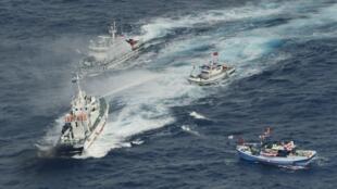 Tuần duyên Nhật Bản sử dụng vòi rồng để đuổi các tầu cá từ Đài Loan tới.