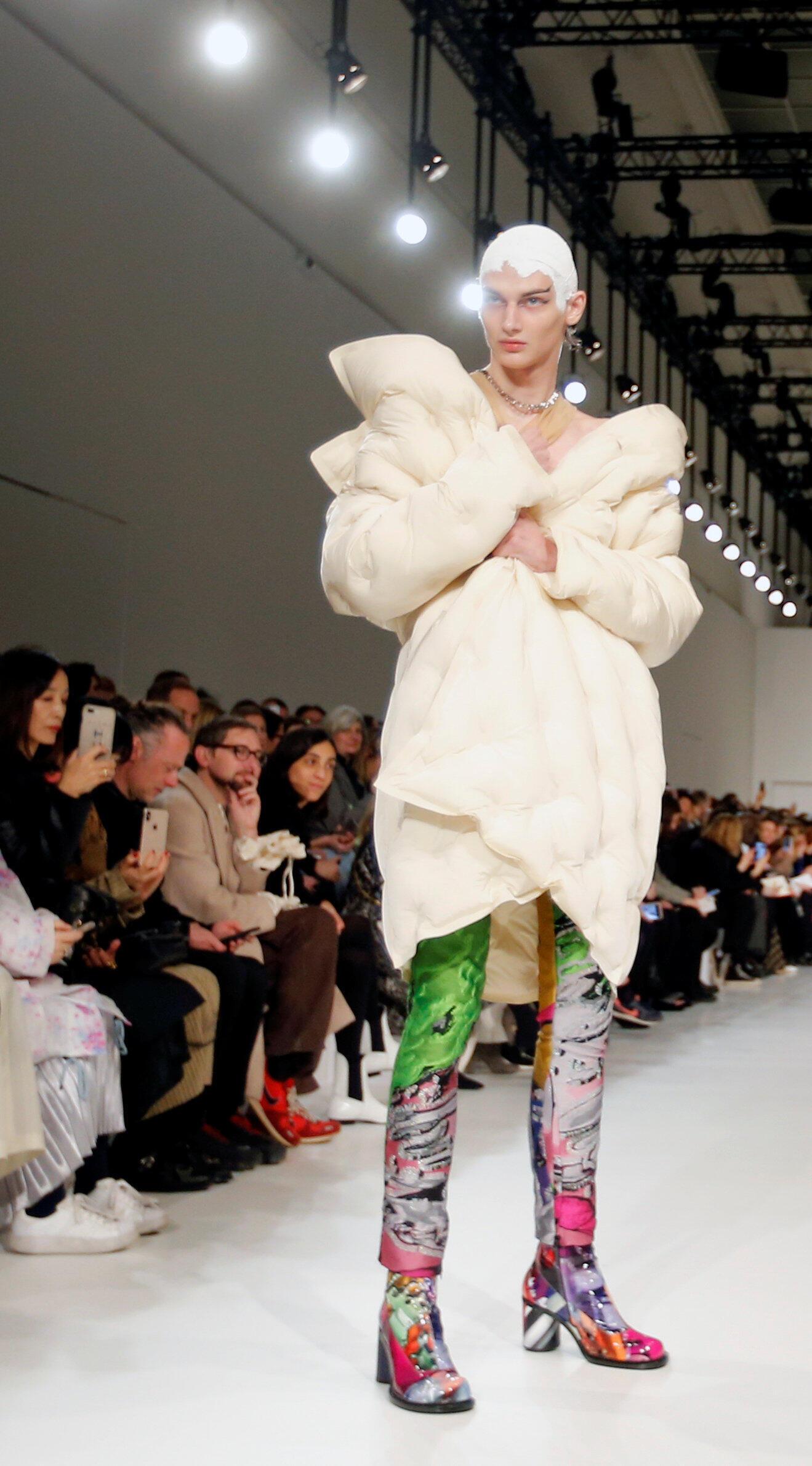 Paris Fashion Week: модель Джона Гальяно для коллекции прет-а-порте Margiela осень-зима 2019/20