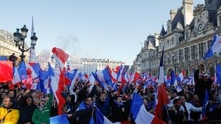 A prefeitura de Paris instalou um telão em frente à sede do executivo municipal para os torcedores da França acompanharem o jogo.
