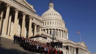 Свежеизбранные депутаты Палаты представителей США позируют на ступенях Капитолия в Вашингтоне 19 ноября 2010 года