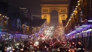 Avenida Champs-Elysées, em Paris.