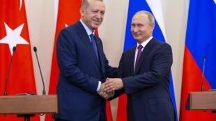 Tổng thống Nga Vladimir Putin (p) và đồng nhiệm Thổ Nhĩ Kỳ Tayyip Erdogan tại cuộc họp báo ở Sotchi (Nga) ngày 17/09/2018.