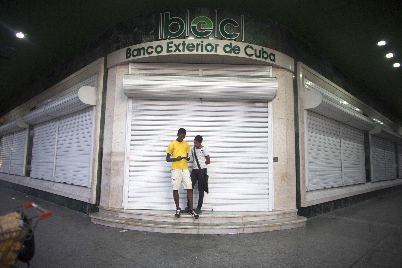 Dos adolescentes manipulan un móvil en La Habana, el 21 de diciembre de 2014.