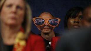 Un manifestant proteste contre les pratiques des Etats-Unis lors dfe l'audition du directeur de la NSA, le 29 octobre 2013 à Washington.