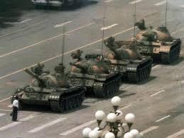 這是一張流傳最廣的一名青年在六四之夜在北京長安街阻擋解放軍坦克的照片。