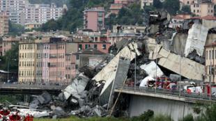 A ponte Morandi, que colapsou nesta terça-feira, 14 de agosto de 2018, na cidade portuária de Gênova, na Itália.